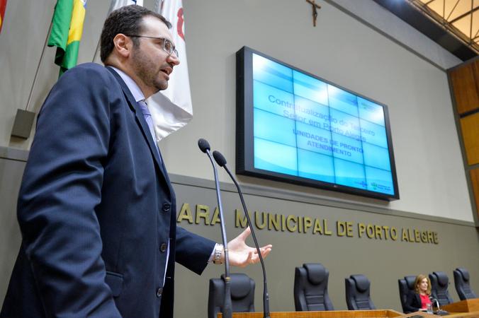 O Secretário Municipal de Saúde, Pablo Stürmer, comparece à Câmara Municipal. Na foto, ao microfone, o secretário.