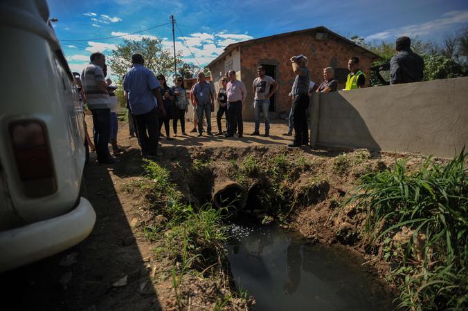Visita a comunidade de Belém Velho junto de secretárias e lideranças para discutir problemas de saneamento básico na região.