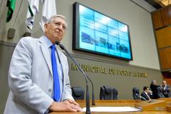 Vereador João Carlos Nedel na tribuna do Plenário Otávio Rocha