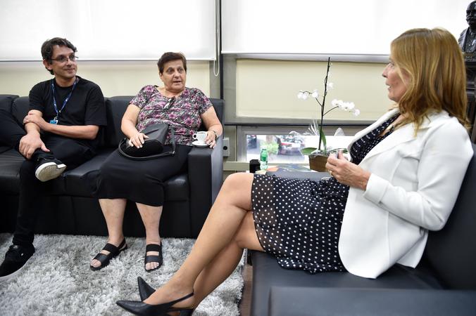 A presidente Mônica Leal recebe os representantes da Obra Social Imaculado Coração de Maria (OSICOM), Zelia Maria Benvegnu e Luís Paulo Alves.