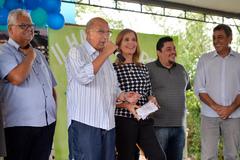 Vereador Pujol (ao microfone), ao lado da vereadora Mônica Leal e outras autoridades