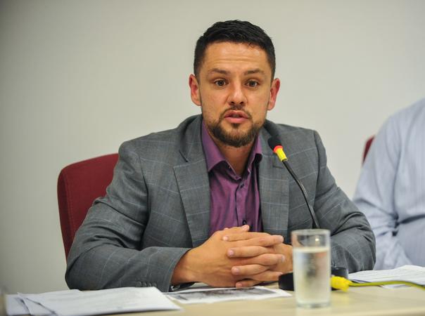 Reunião para discutir a situação de abandono do Vivieiro Municipal de Porto Alegre. Na foto, ao microfone, o assessor técnico da SMAM, Joaquim Viana Cardinal.