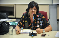 Reunião para discutir a situação de abandono do Vivieiro Municipal de Porto Alegre. Na foto, ao microfone, a advogada e coordenadora do Preserva Zona Sul, Luciele Francisco de Souza.