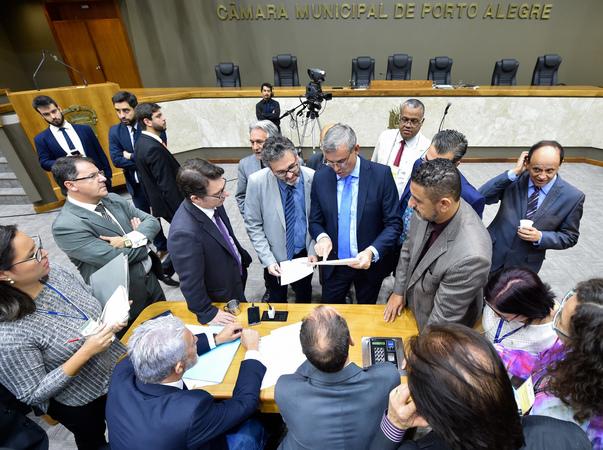 Movimentações de plenário. Na foto, vereadores reúnem-se para discutir votação das emendas.