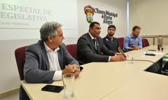 Primeira reunião da Comissão Especial de Revisão Legislativa. Na foto, os vereadores, Nelcir Tessaro (ao microfone), Comissário Rafão Oliveira, Felipe Camozzato e Mendes Ribeiro.
