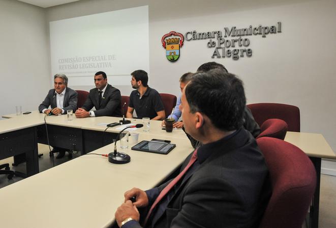 Primeira reunião da Comissão Especial de Revisão Legislativa. Na foto, os vereadores, Nelcir Tessaro (ao microfone), Comissário Rafão Oliveira, Felipe Camozzato, Mendes Ribeiro, Ricardo Gomes e Halminton Sossmeier.