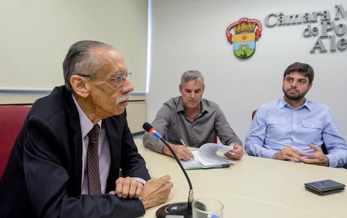 Apresentação do Relatório do Observatório Social de Porto Alegre referente ao 3º quadrimestre de 2018. Na foto, ao microfone, o Presidente do Observatório Social de Porto Alegre, Antônio Carlos Palácios.