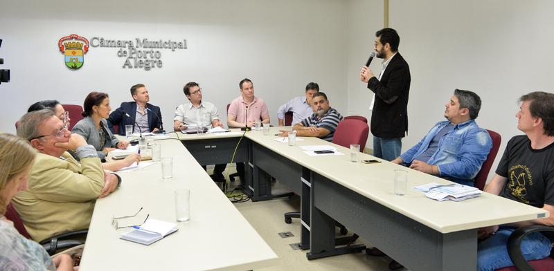 Reunião de Comissão sobre instituições de educação infantil de rede própria e conveniada. Na foto, ao microfone, o secretário municipal da Educação, Adriano Naves de Brito