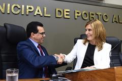 Promulgação de lei do vereador Alvoni Medina. Na foto, o vereador e a presidente Mônica Leal