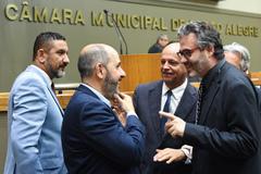 Movimentação de Plenário. Na foto: da esq.: vereador Cláudio Conceição, jornalista André Machado, vereadores João Bosco Vaz e Roberto Robaina