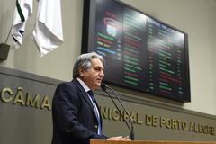 Movimentação de Plenário. Na foto: vereador Nelcir Tessaro