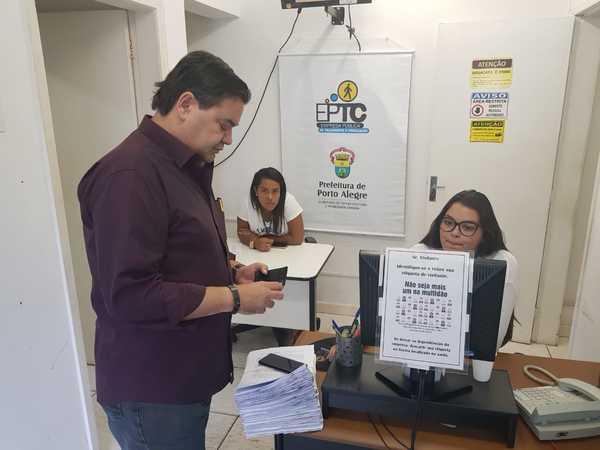 Vereador entrega documento na EPTC