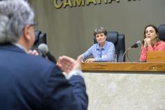 Tribuna Popular sobre o risco de desmonte da PROCEMPA com a perda do contrato com o DMAE e outros serviços. Na foto, ao microfone, o vereador Adeli Sell, e, na bancada, a representante do Sindppd/RS, Vera Justina Guasso, e a deputada federal Fernanda Melchionna.