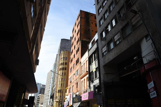 """Prédios desocupados, abandonados ou em obras em Porto Alegre. Prédio conhecido como """"Esqueletão"""". Centro Histórico. Rua Marechal Floriano esquina Otávio Rocha. SFCMPA"""