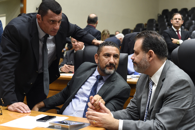 Movimentação de Plenário. Na foto: da esq.: vereadores Rafão Oliveira, Cláudio Conceição e Ricardo Gomes.