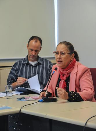 Reunião junto aos integrantes do Instituto Cultural Floresta. Ao microfone, a vereadora Lourdes Sprenger e ao fundo, o vereador Marcelo Sgarbossa.
