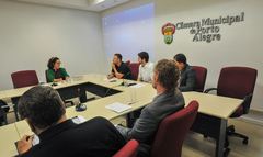 Reunião do grupo de Trabalho da Comissão Especial Legislativa junto de equipe técnica da Câmara. Na foto, os vereadores Mendes Ribeiro e Felipe Camozzato. Ao microfone, a taquígrafa, Rosimeri da Silva Chaves.