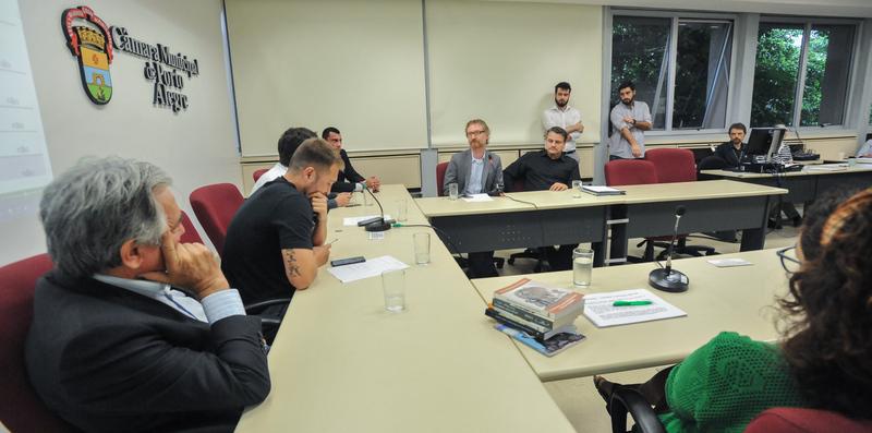 Reunião do grupo de Trabalho da Comissão Especial Legislativa junto de equipe técnica da Câmara.