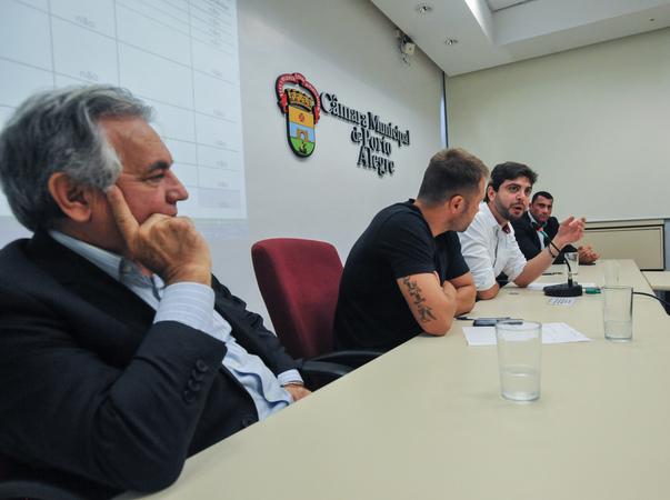 Reunião do grupo de Trabalho da Comissão Especial Legislativa junto de equipe técnica da Câmara. Ao microfone, o vereador Felipe Camozzato. Ao fundo, o vereador Rafael Bernardo de Oliveira.