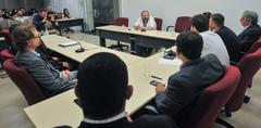 Reunião do grupo de Trabalho da Comissão Especial Legislativa junto de equipe técnica da Câmara. Ao microfone, bibliotecário e chefe do Setor de Legislação, Jerri Gallinati Heim.