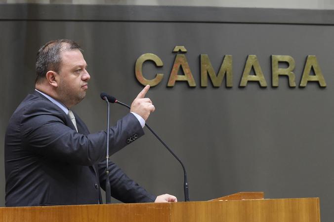 Movimentação de plenario durante votação do projeto do IPTU. Na foto: vereador André Carús