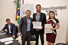 Mauro Schneider (c) recebeu diploma entregue por Mendes Ribeiro e Laura Pandolfo