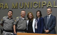 Coronel Dutra (e), coronel Ikeda, vereadora Mônica, delegada Nadine e sub-chefe de polícia Lopes (d) na homenagem desta tarde