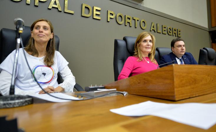 Movimentações no Plenário. Na foto, os representantes da ANFIBRO, Daniel Lenz e Caren, e a presidente Mônica Leal.