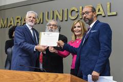 Darci Homem (c) e Francisco Peixoto da Silva (d) recebem o diploma entregue por Comassetto e Mônica Leal