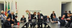 Presidente da Câmara Municipal de Porto Alegre, Mõnica Leal, coordena reunião de líderes.