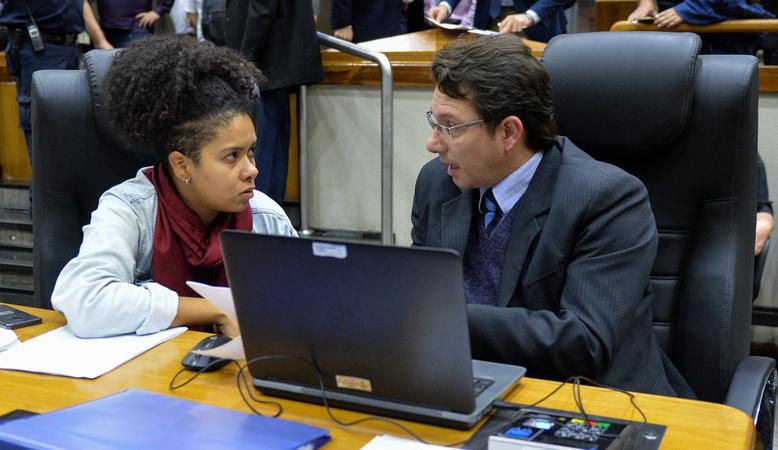 Movimentação de plenário. Na foto: vereadores Karen Santos e Professor Alex Fraga.