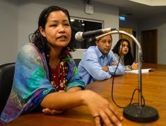 Reunião para debater  o corte no fornecimento de água da ocupação Baronesa do Gravataí. Ao microfone, Alice Martins, uma das moradoras da ocupação.