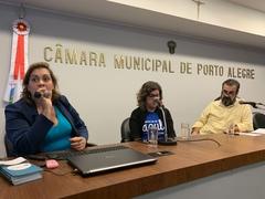 Ana Paula Kohlmann (esq.) e Marilene Symanski foram recebidas pelo vereador Claudio Janta