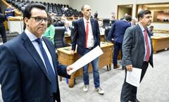 Vereadores Medina (e), Marcelo Sgarbossa (c) e José Freitas (d) no plenário, na tarde desta quarta-feira