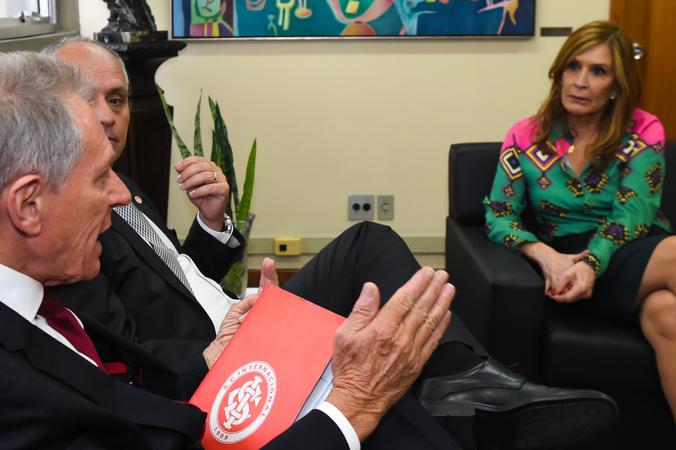 Reunião com a diretoria do Sport Club Internacional sobre campanha do agasalho promovida pela CMPA. Na foto. presidente da CMPA, vereadora Mônica Leal; presidente do Inter, Marcelo Medeiros (gravata cinza); e vice-presidente do Inter, João Pedro Lamana Paiva.