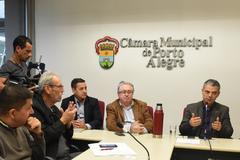 """Reunião para debater a """"Lei Geral dos Táxis"""". Na foto, o presidente da Aspertáxi, Walter Barcelos, e os vereadores Ramalho, Adeli Sell e Cássio Trogildo."""