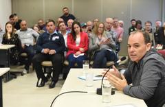 """Reunião para debater a """"Lei Geral dos Táxis"""". Ao microfone, o vice-presidente da Unitáxi, Lisandro Zwiernig."""