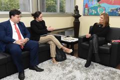 Alfonsin e Irina, da Uber, foram recebidos por Mônica (d)