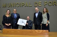 Silva e Brum (c) exibem o título de Cidadão de Porto Alegre