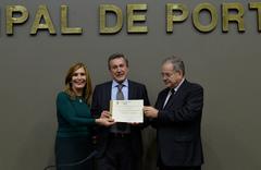 Vereadora Mônica, cônsul-geral Bertot (c) e vereador Cecchim, na homenagem desta tarde