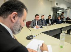 Reunião para debater o cumprimento da Lei Geral dos Táxis em Porto Alegre. Ao microfone, Mateus Klein, representando a PGM.