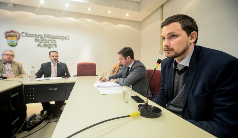 Reunião para debater o cumprimento da Lei Geral dos Táxis em Porto Alegre. Ao microfone, Marcelo Hansen, representando a EPTC.