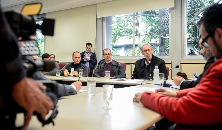 Reunião para debater o cumprimento da Lei Geral dos Táxis em Porto Alegre. Ao microfone, Walter Barcellos, representando a Aspertaxi.