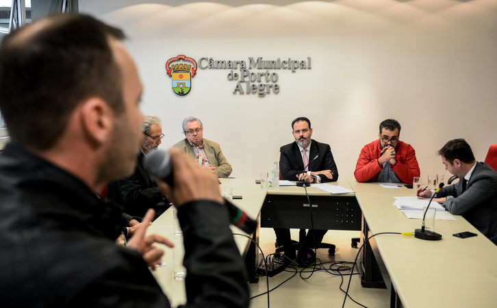 Reunião para debater o cumprimento da Lei Geral dos Táxis em Porto Alegre. Ao microfone, Júnior Bof.