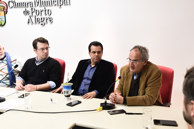 Reunião sobre os espaços municipais da cultura. Na foto, vereador Airto Ferronato ao microfone, e vereadores Alvoni Medina e Professor Alex Fraga