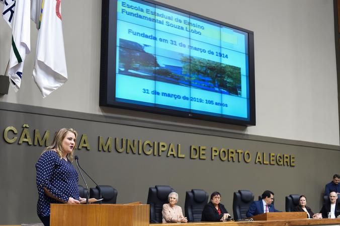 Período de Comunicações em homenagem aos 105 anos da Escola de Ensino Fundamental Souza Lobo. Na foto, diretora da escola Karla Bolson.