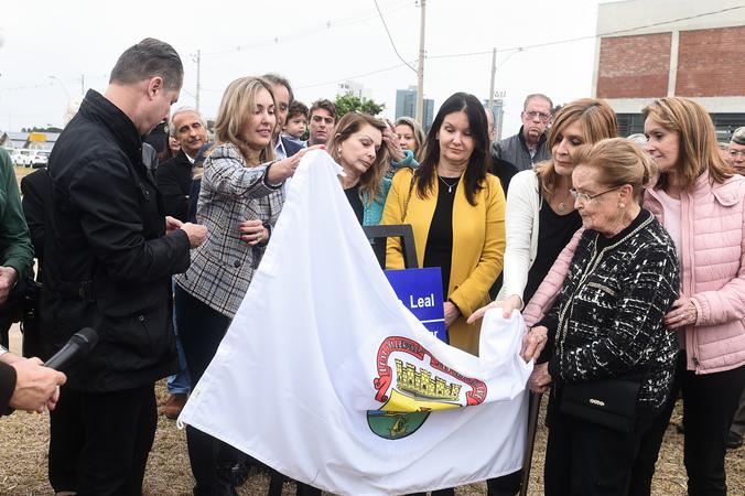 Presidente Mônica Leal participa do ato de descerramento da placa denominativa da Avenida Pedro Américo Leal. Na foto, a presidente e família fazem o descerramento da placa