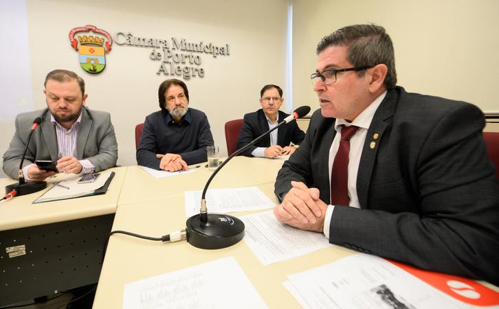 Comissão debate o plano de carreira dos médicos do Município. Ao microfone, Dr. Marcelo Matias, representando a Simers.