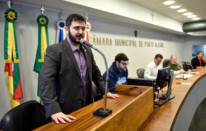 Cuthab discute a  elaboração de uma lei municipal sobre a manutenção de instalações e equipamentos de sistema de climatização de ambientes em Porto Alegre. Ao microfone, Luciano Lopes, representando o CREA-RS.