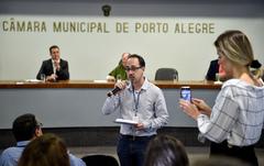 Cuthab discute a  elaboração de uma lei municipal sobre a manutenção de instalações e equipamentos de sistema de climatização de ambientes em Porto Alegre. Ao microfone, Marcelo Coelho, representando a Vigilância Sanitária.